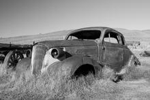 Fototapet - Rusty Car - b/w