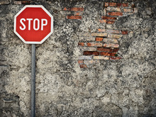 Canvastavla - Stop Sign Against Grungy Wall