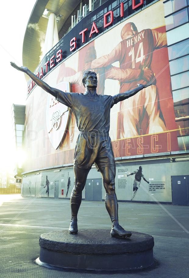 Arsenal tony adams statue wall mural photo wallpaper for Arsenal mural wallpaper