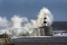 Lerretsbilde - Rough Sea at Seaham Lighthouse in England