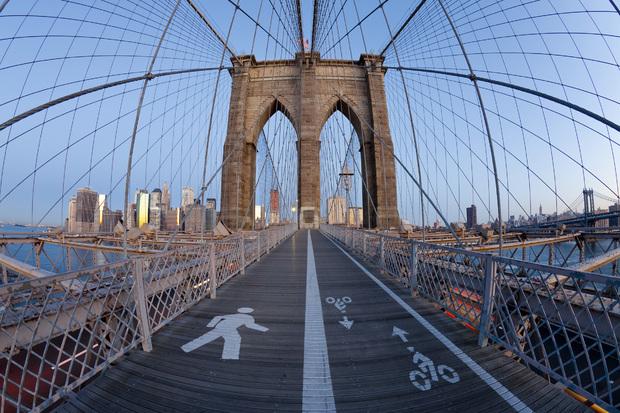 brooklyn bridge walkway bilder auf leinwand photowall. Black Bedroom Furniture Sets. Home Design Ideas