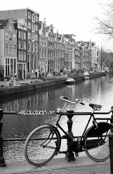 Fotobehang - Bicycle by the Canal in Amsterdam