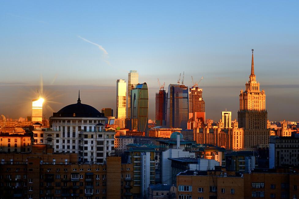 moscow skyline at sunrise fototapeten tapeten photowall. Black Bedroom Furniture Sets. Home Design Ideas