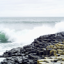 Lerretsbilde - Waves Crashing in Giants Causeway