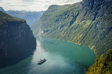 Canvastavla - Green Water of Geirangerfjord, Norway
