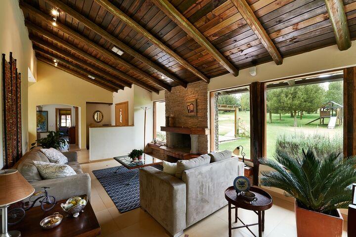 Mange husejere er vilde med en rustik indretning. Hvis du ønsker at transformere dit hjem, så det har et både klassisk og moderne udtryk, er denne stil noget for dig. Her har vi beskrevet den information, du har brug for om rustik indretning.