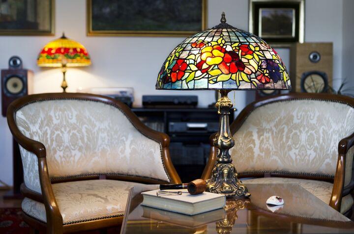Art Nouveau is een internationale stijl op het gebied van architectuur, toegepaste kunst en decoratieve kunst die in de jaren 1890 populair werd tot aan het begin van de Eerste Wereldoorlog. Deze ontwerpstijl heeft tot doel het ontwerp te moderniseren en weg te gaan van de eclectische historische stijlen die in die jaren populair waren. Het concept van Art Nouveau is afgeleid van de stengels en bloesems van planten. We hebben hier wat informatie voor u over Art Nouveau.