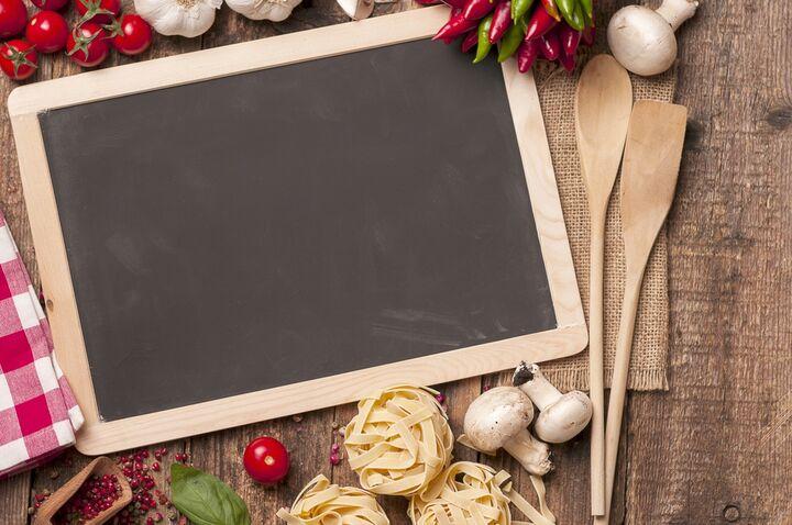 Tavler er rigtig funktionelle i et køkken. Du kan bruge dem på forskellige måder såsom til at skrive, hvad der er til aftensmad, kalender, liste med telefonnumre og meget mere. Den er ideel at have i køkkenet til at minde dig om ting i dagligdagen.