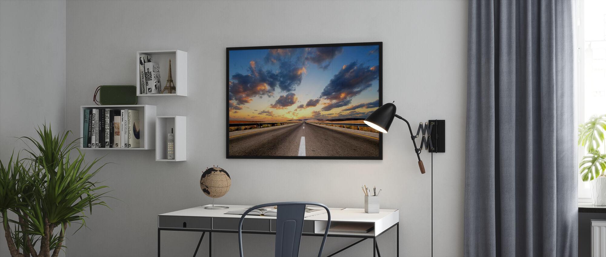 Vägen under Dramatisk himmel - Poster - Kontor