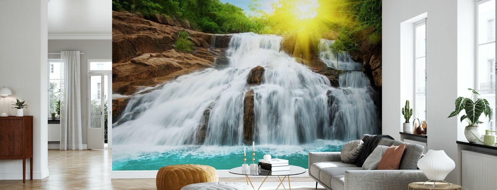 Waterval in regenwoud en zonlicht - Behang - Woonkamer