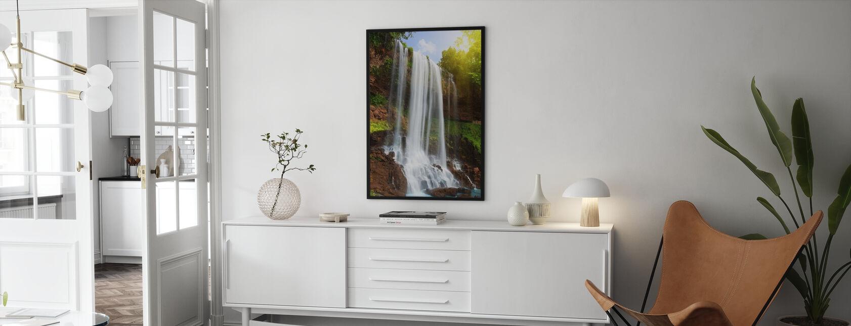 Vesiputous sademetsässä - Kehystetty kuva - Olohuone