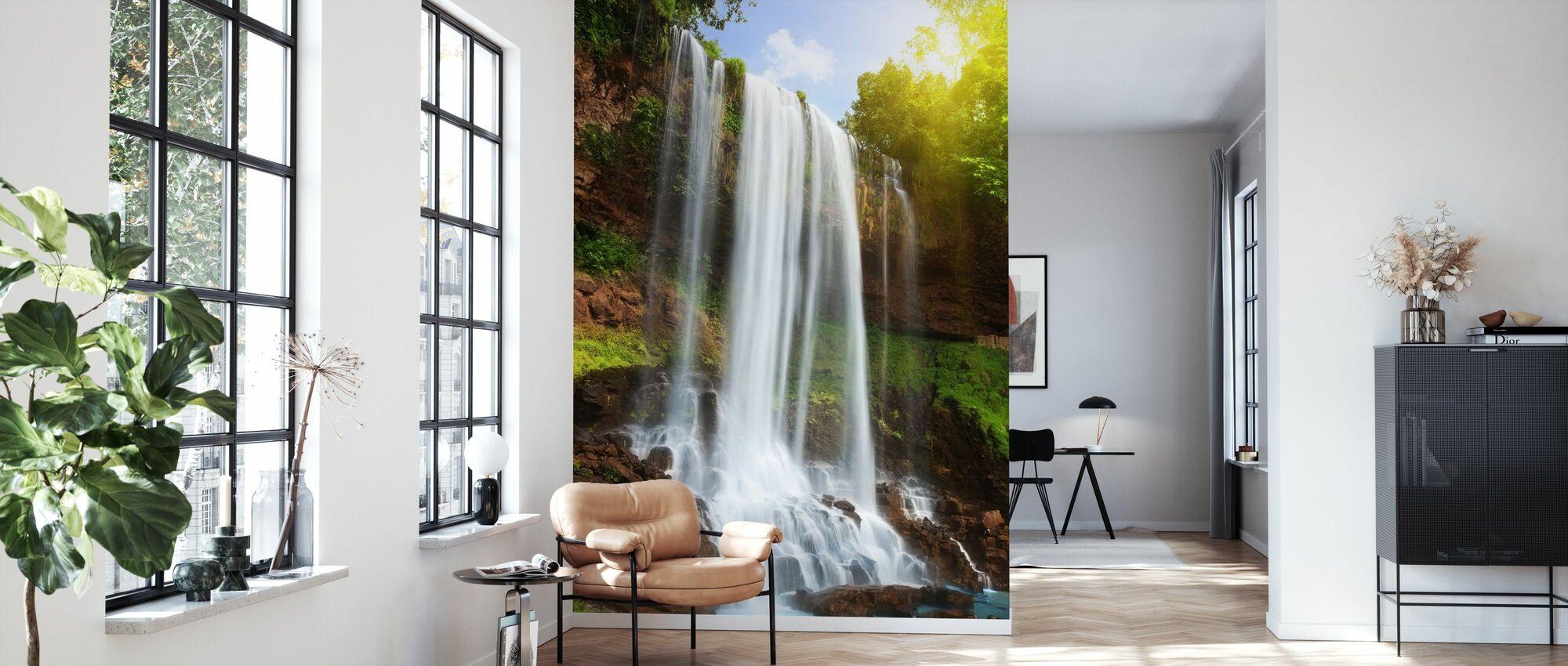 Vesiputous sademetsässä - Tapetti - Olohuone