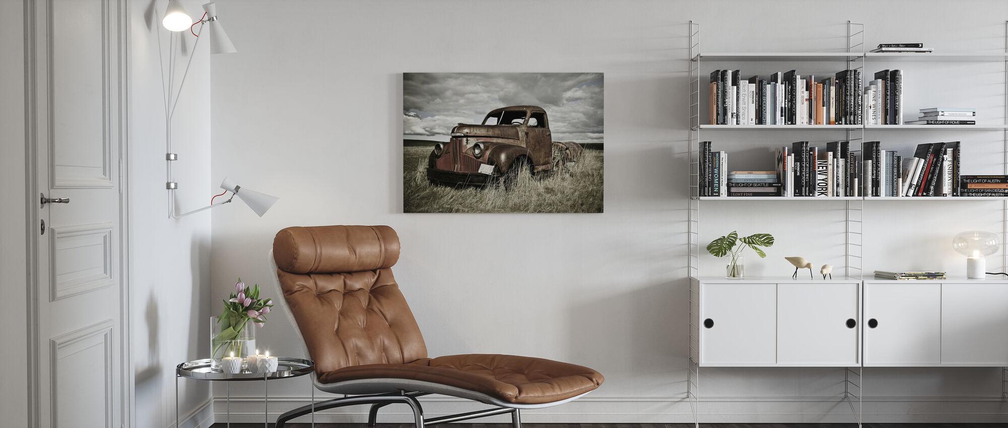 Oude vrachtwagen in het veld - Canvas print - Woonkamer