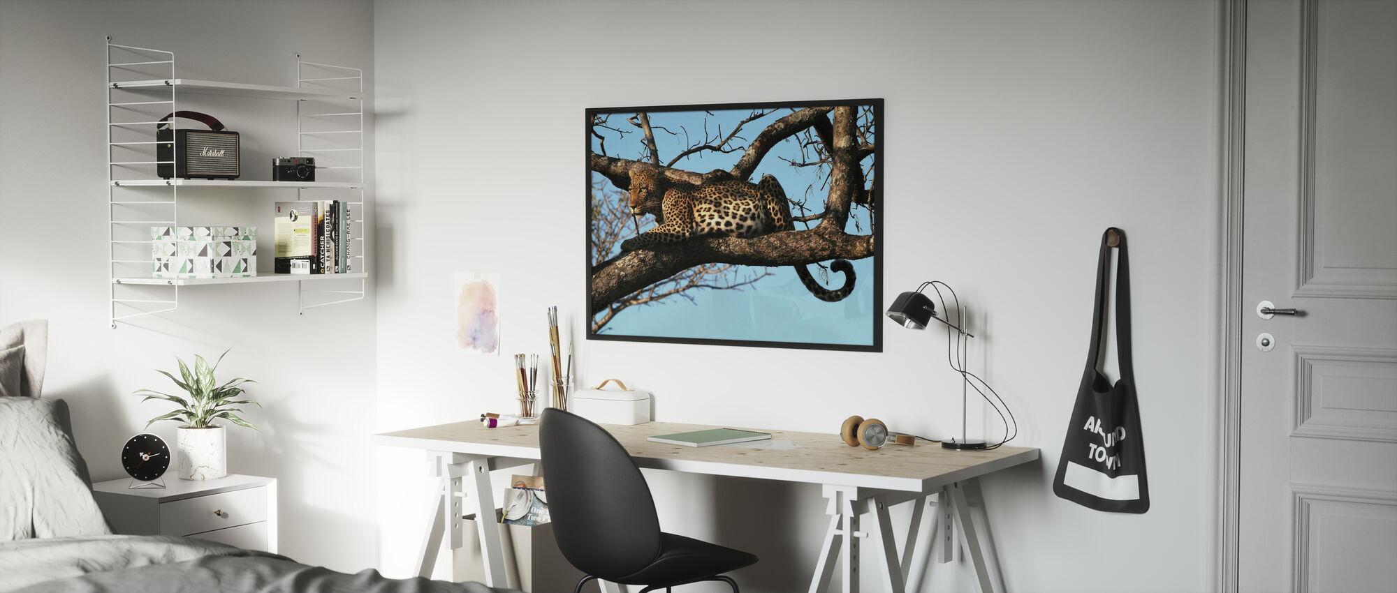 Leopard i träd - Inramad tavla - Barnrum