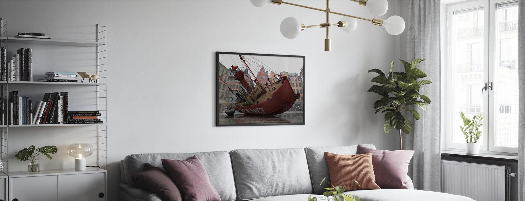 Båt i Gamla stan - Inramad tavla - Vardagsrum