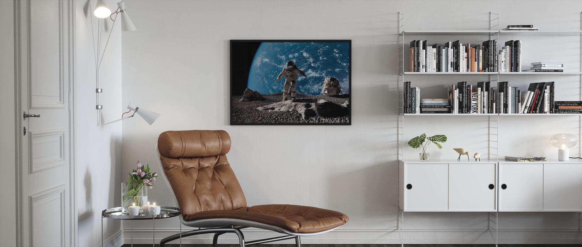 Astronaut met Aarde op Achtergrond - Ingelijste print - Woonkamer
