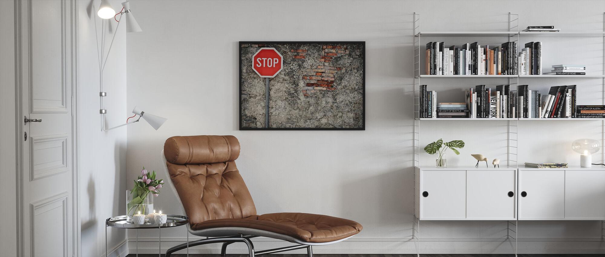 Pysäytä merkki vastaan Grungy Wall - Kehystetty kuva - Olohuone