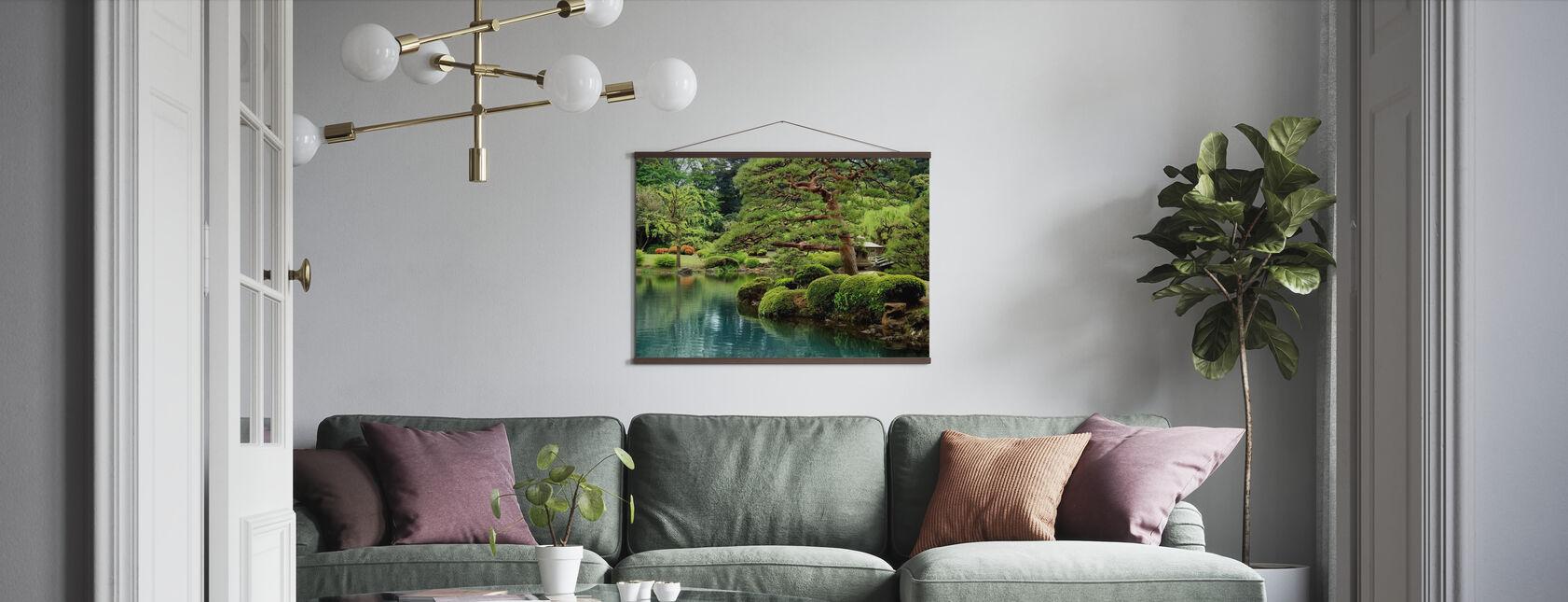 Lugn Zen Lake och Bonsai träd i Tokyo Garden - Poster - Vardagsrum