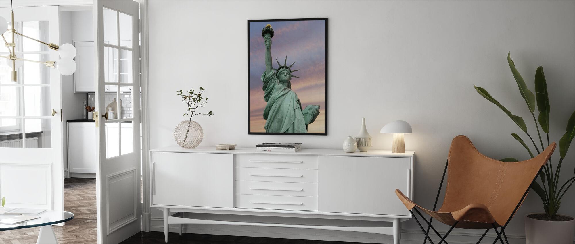 Vrijheidsbeeld onder een levendige hemel - Ingelijste print - Woonkamer