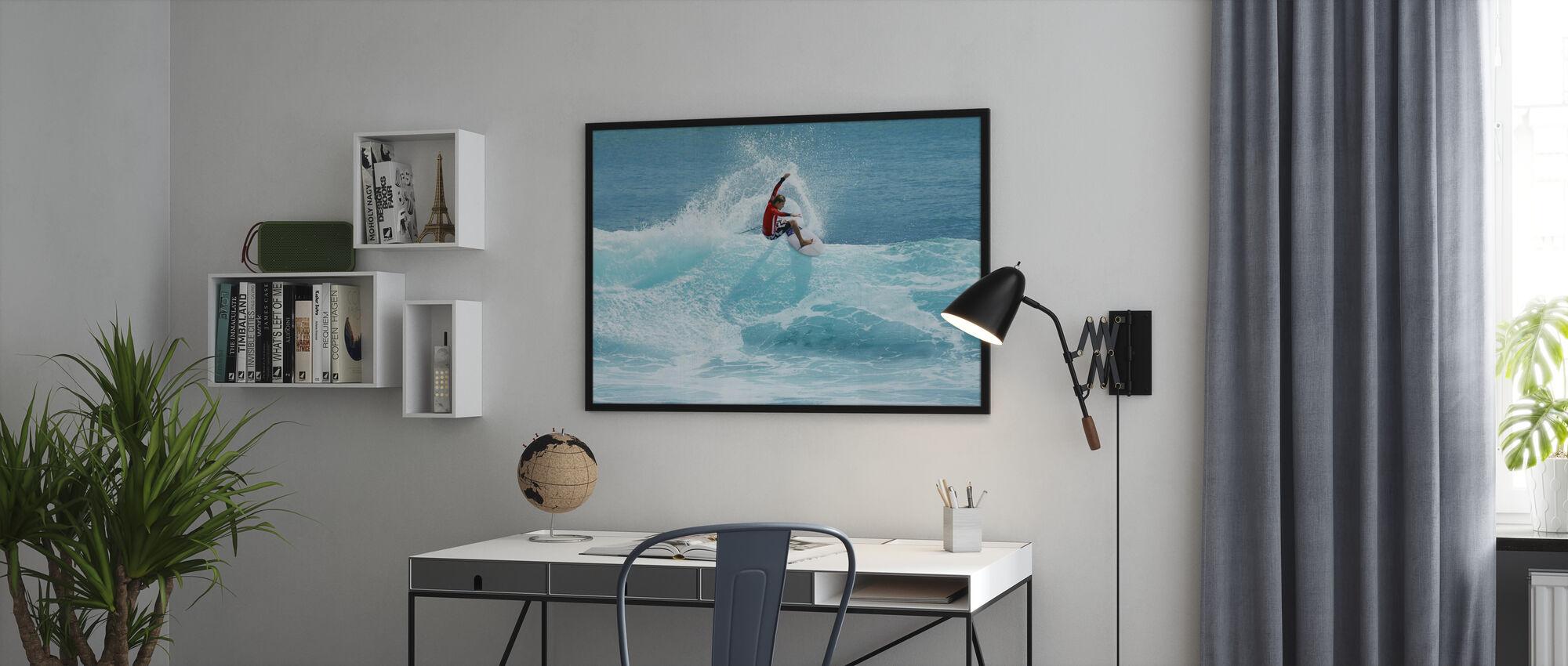 Surfer carving Top af bølge - Plakat - Kontor