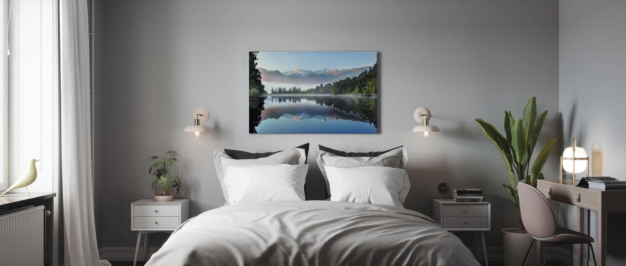 Reflektion av sjön Matheson - Canvastavla - Sovrum