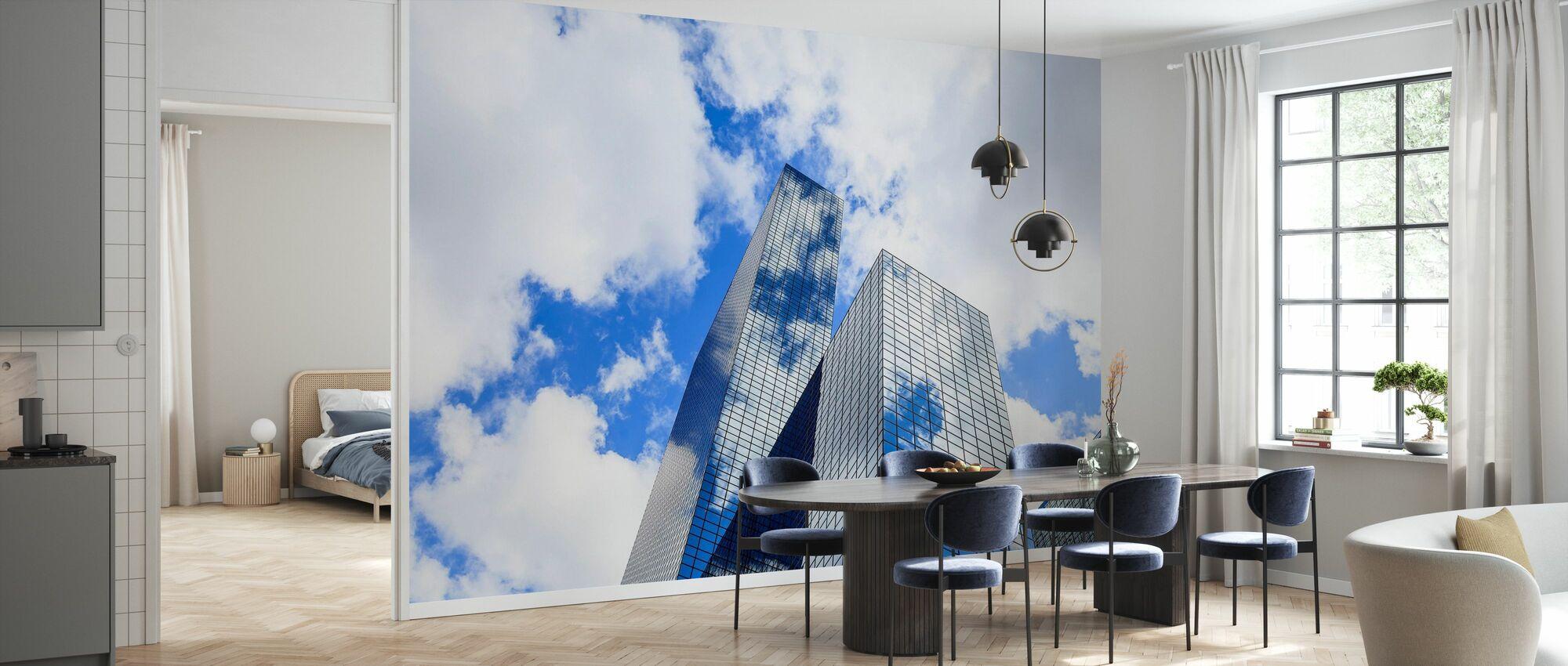 Skyer reflektert i en moderne glassfasade - Tapet - Kjøkken