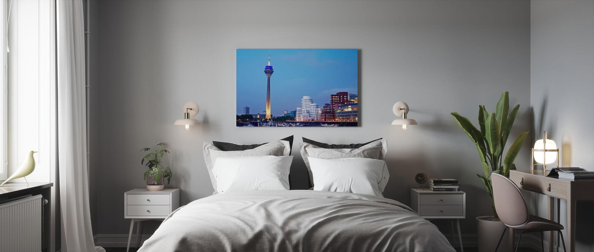 Düsseldorfin Rheinturm-torni iltahämärässä - Canvastaulu - Makuuhuone