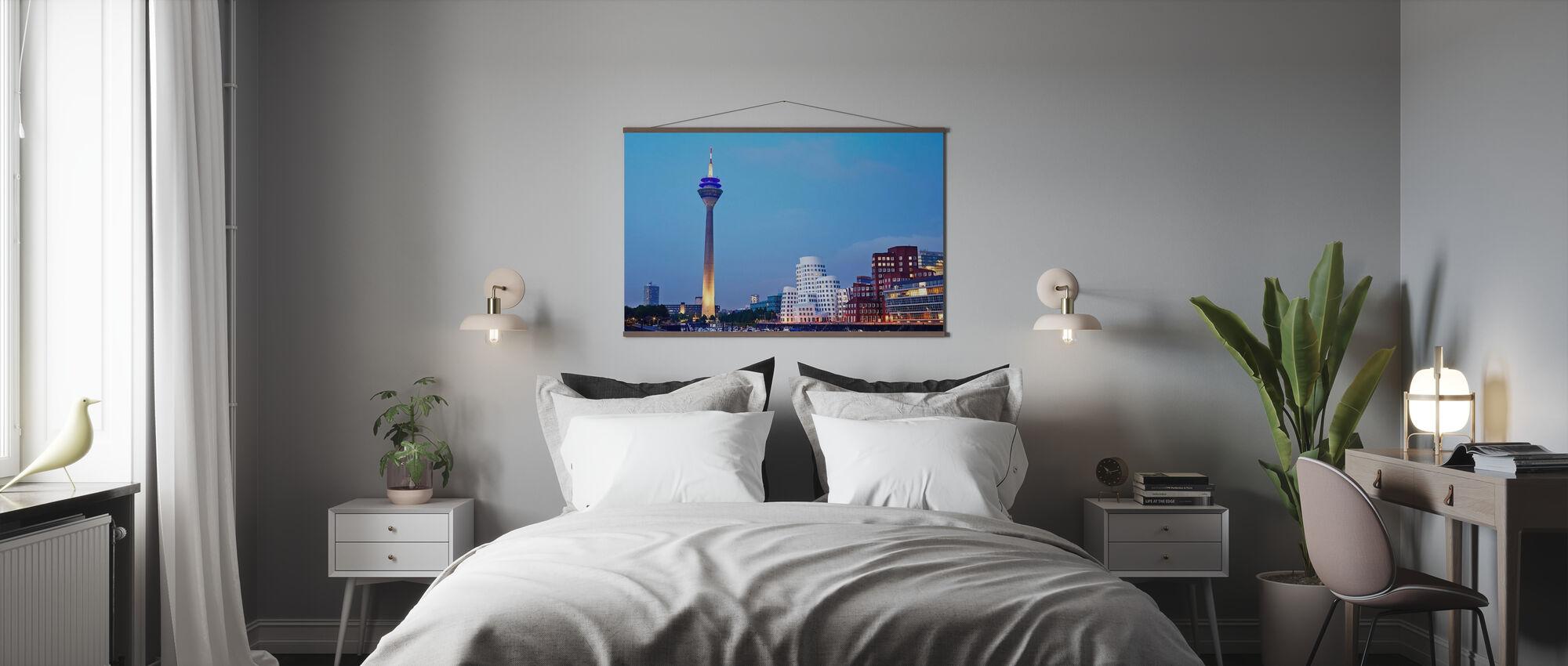 Düsseldorfs Rheinturm-tårn i skumringen - Plakat - Soverom