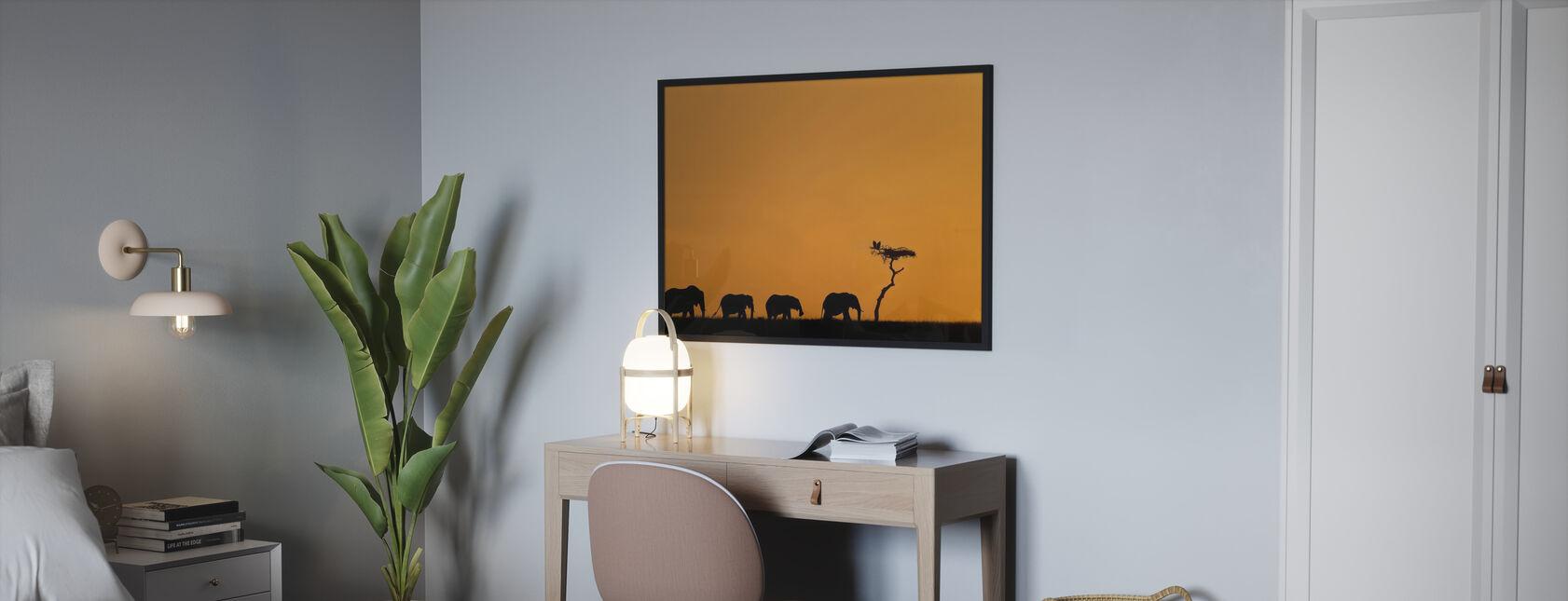 Norsujen ja korppikotkien lauma auringonnousussa - Kehystetty kuva - Makuuhuone