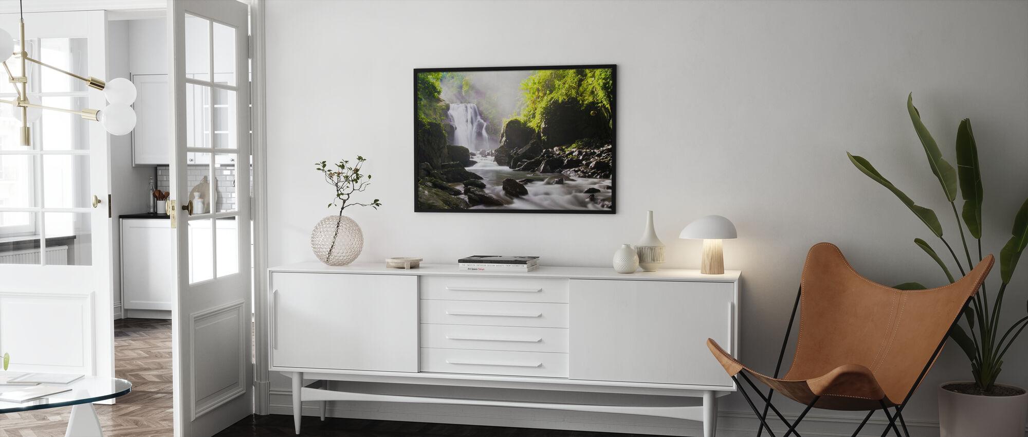 Sonnenstrahlen über Wasserfall - Poster - Wohnzimmer