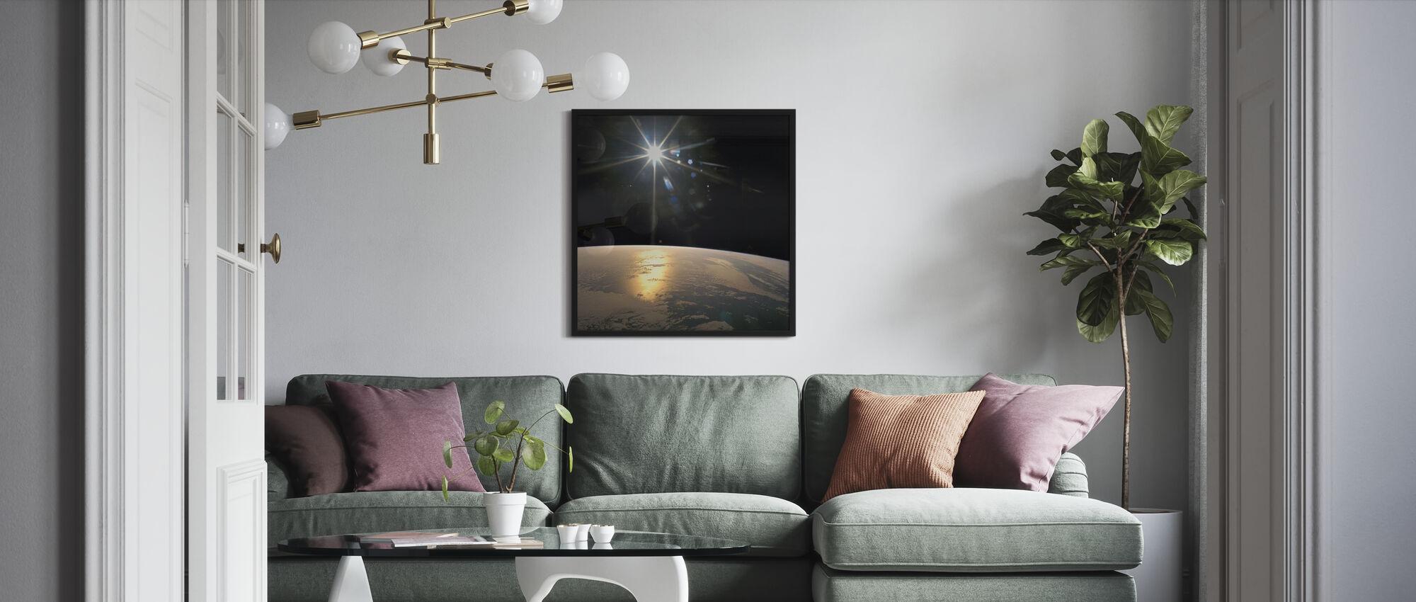 Auringonsäteitä putoavat maan päällä - Kehystetty kuva - Olohuone