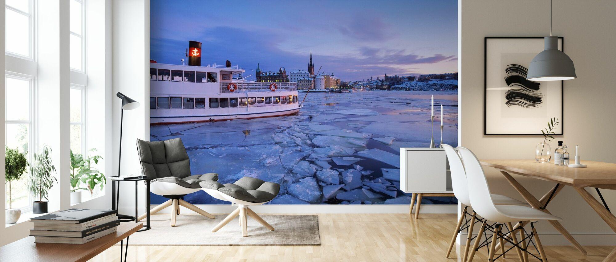 Skärgårdsbåt i is täckt Riddarholmen - Tapet - Vardagsrum