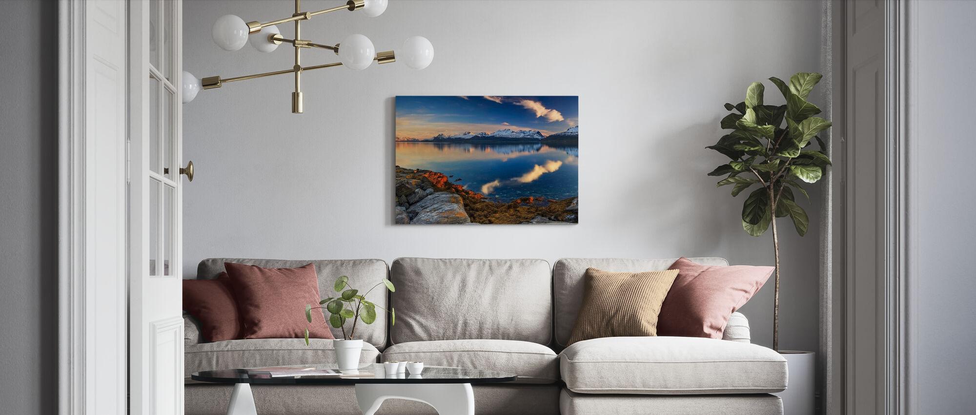 Solnedgång på stranden av fjorden - Canvastavla - Vardagsrum