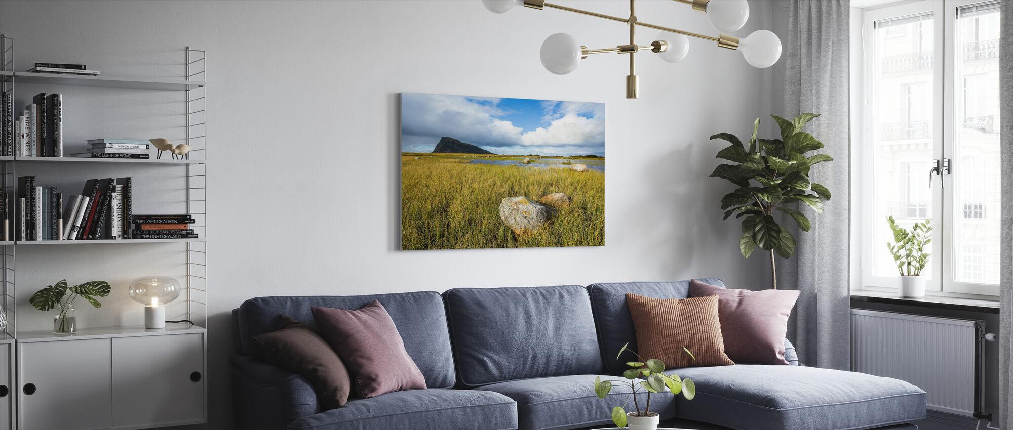 Rotsformaties in Grassy Coastline, Noorwegen - Canvas print - Woonkamer