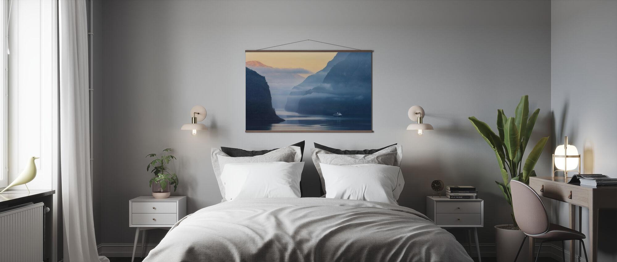 Norwegischer Fjord im Nebel - Poster - Schlafzimmer