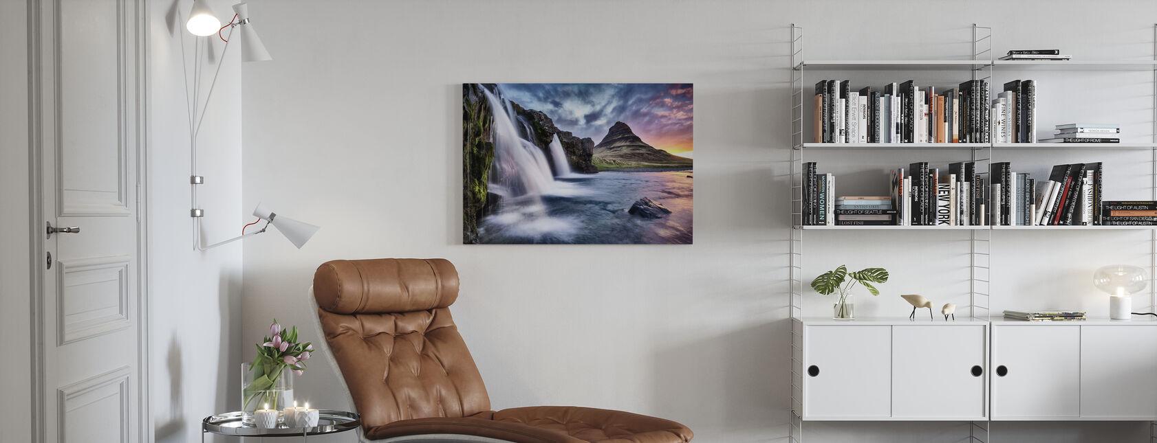 Solnedgång vid Kirkjufellsfoss vattenfall - Canvastavla - Vardagsrum