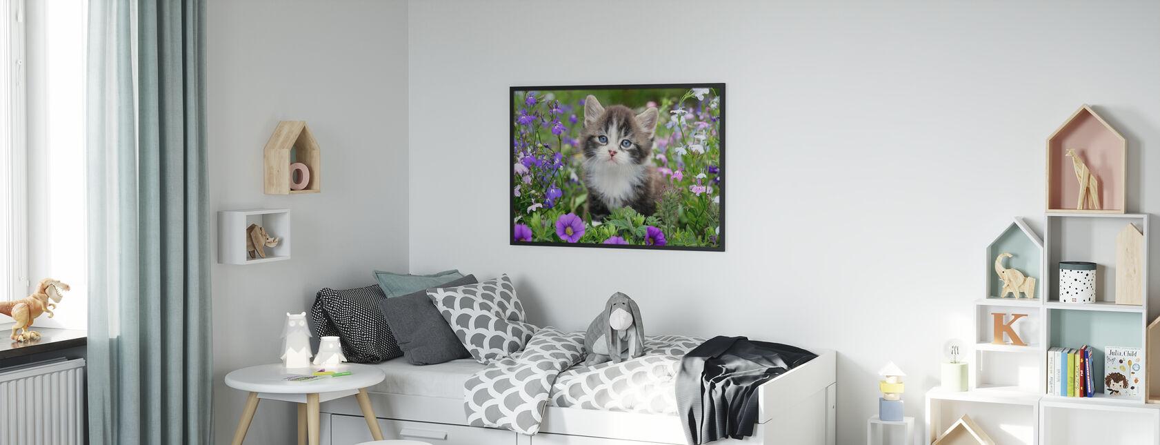 Kattunge i Blomsterhage - Innrammet bilde - Barnerom