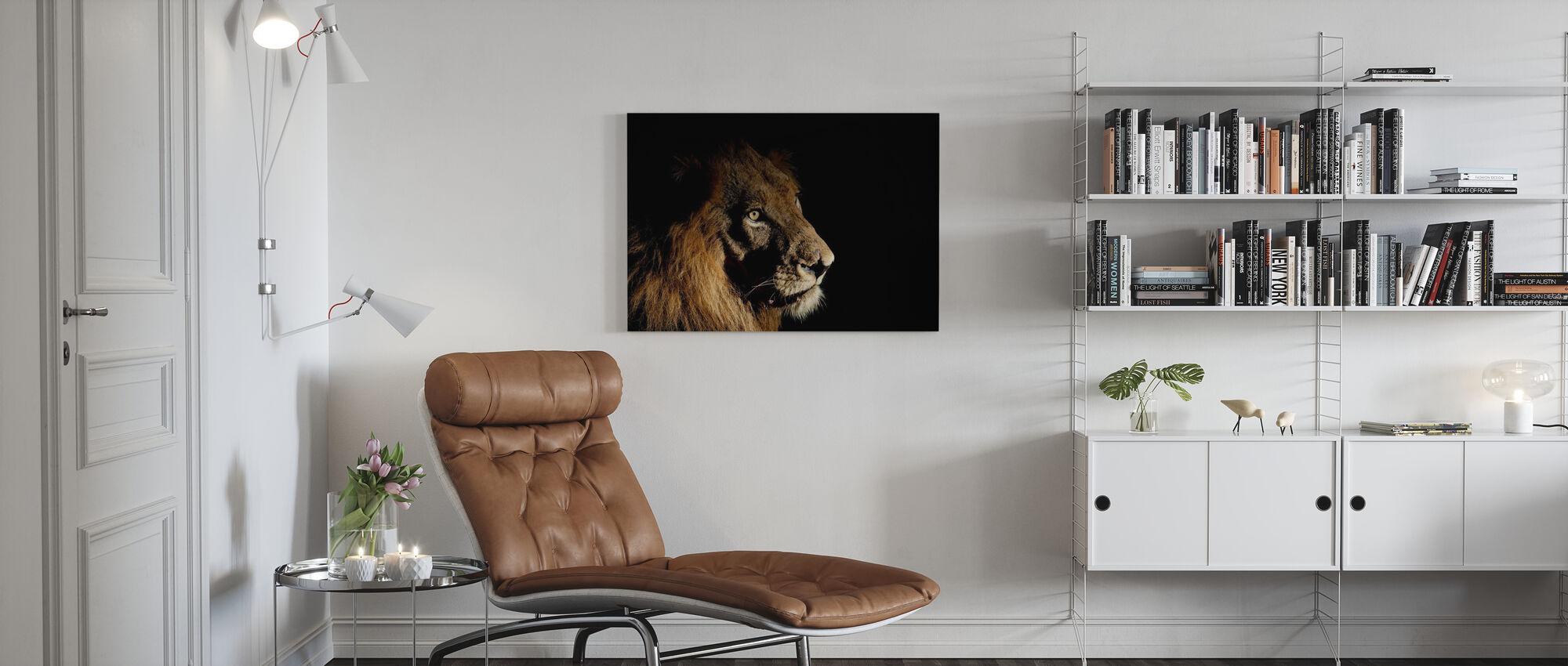 Lejon på fläckljus - Canvastavla - Vardagsrum