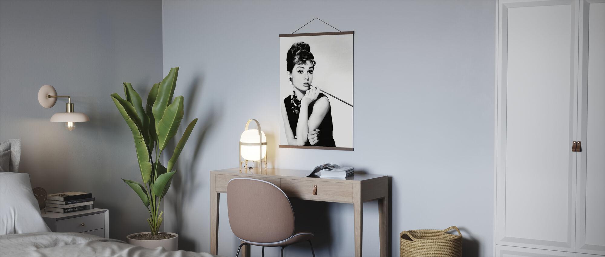 Audrey Hepburn im Frühstück bei Tiffanys - Poster - Büro