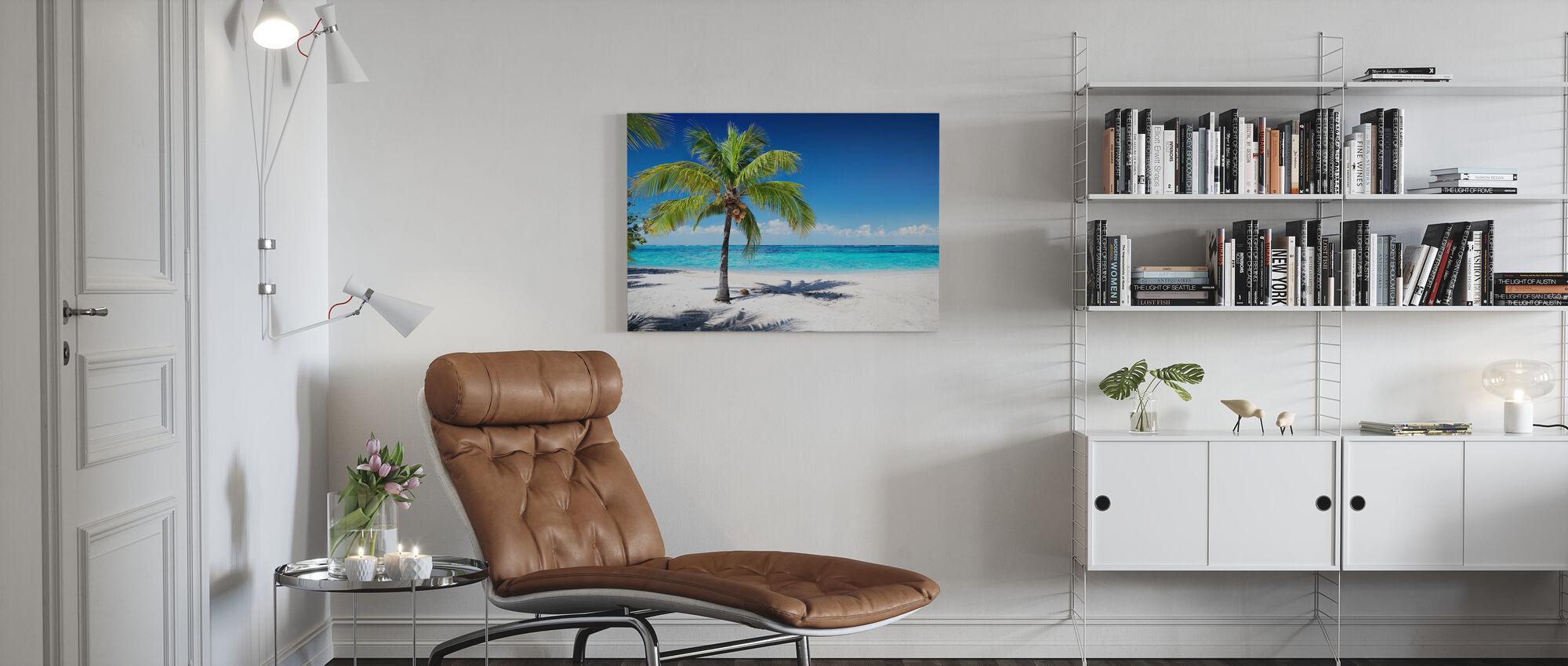 Koraalstrand met palmboom - Canvas print - Woonkamer