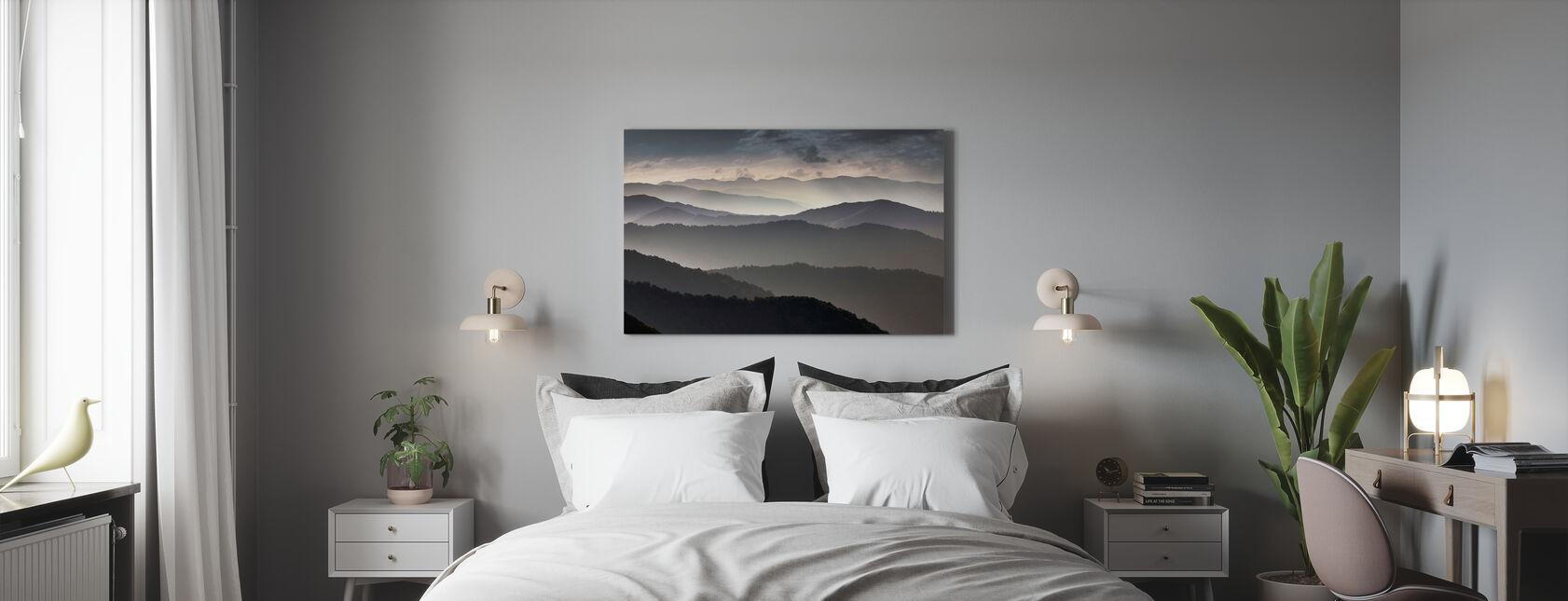 Vuoret hämärässä - Canvastaulu - Makuuhuone