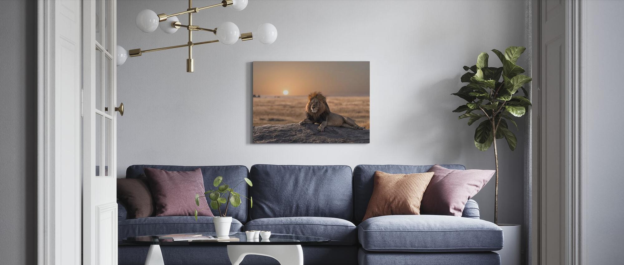 Lion sitter på klippan - Canvastavla - Vardagsrum