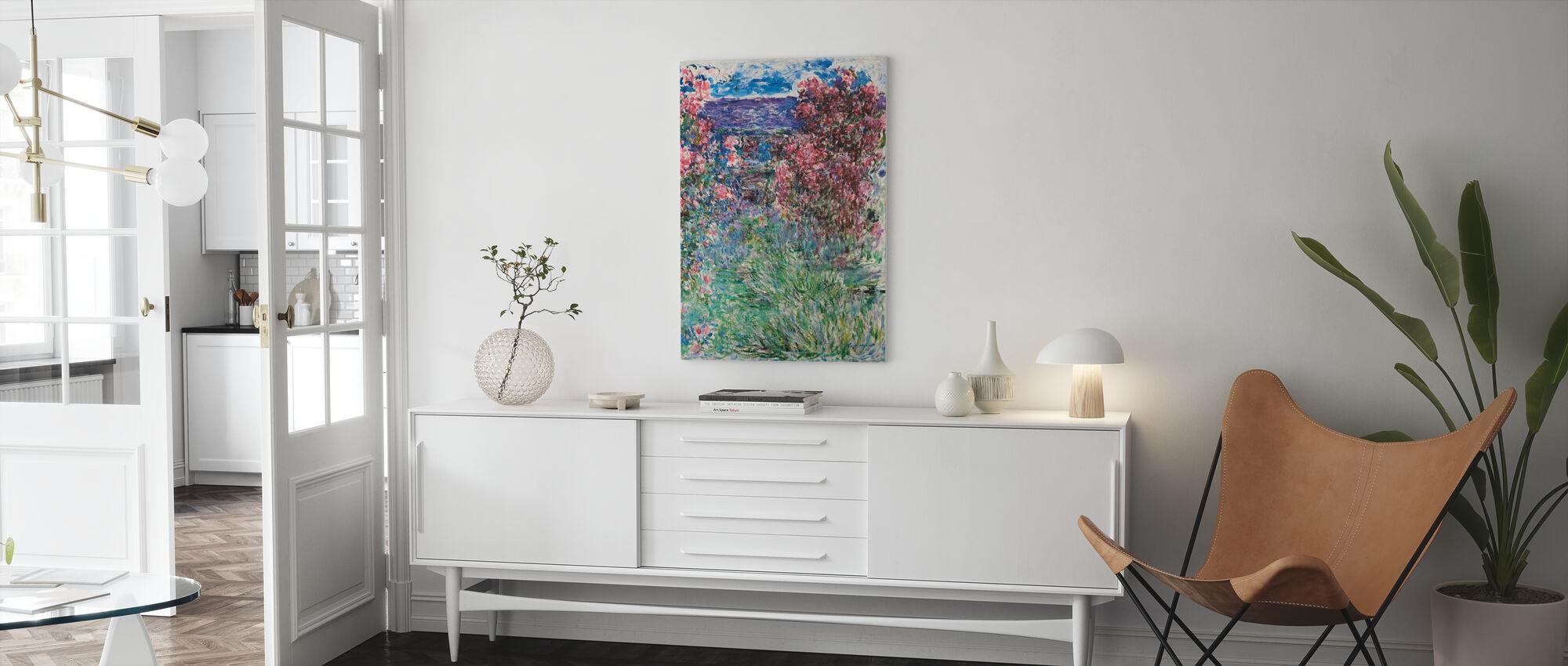 Dom wśród róż - Claude Monet - Obraz na płótnie - Pokój dzienny