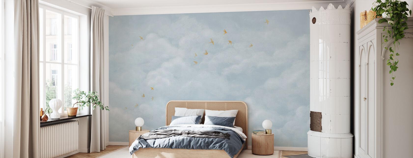 Tedere wolken met gele zwaluwen - zacht blauw - Behang - Slaapkamer