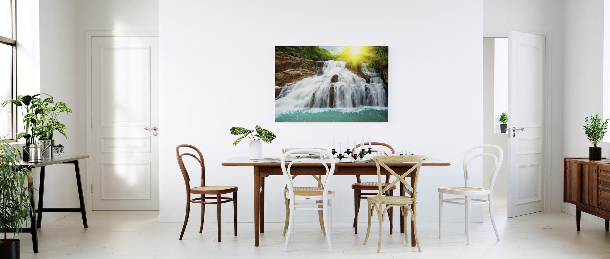 Vesiputous sademetsässä ja auringonvalossa - Canvastaulu - Keittiö