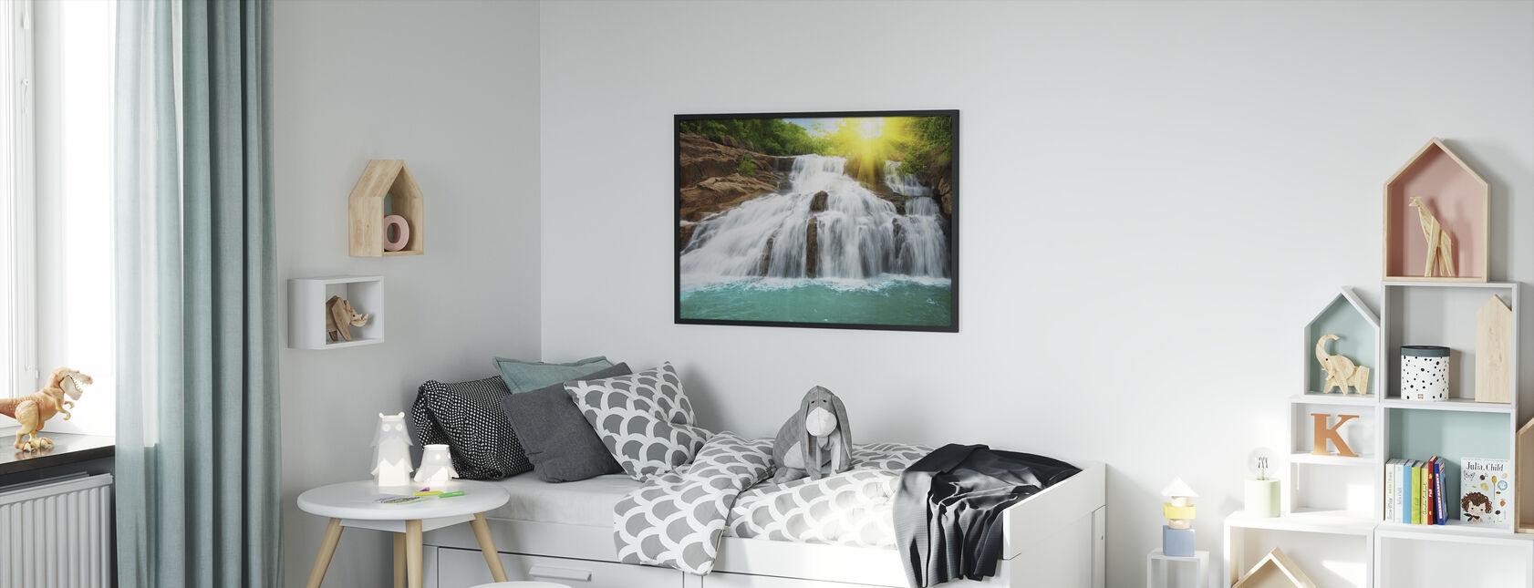 Vesiputous sademetsässä ja auringonvalossa - Kehystetty kuva - Lastenhuone