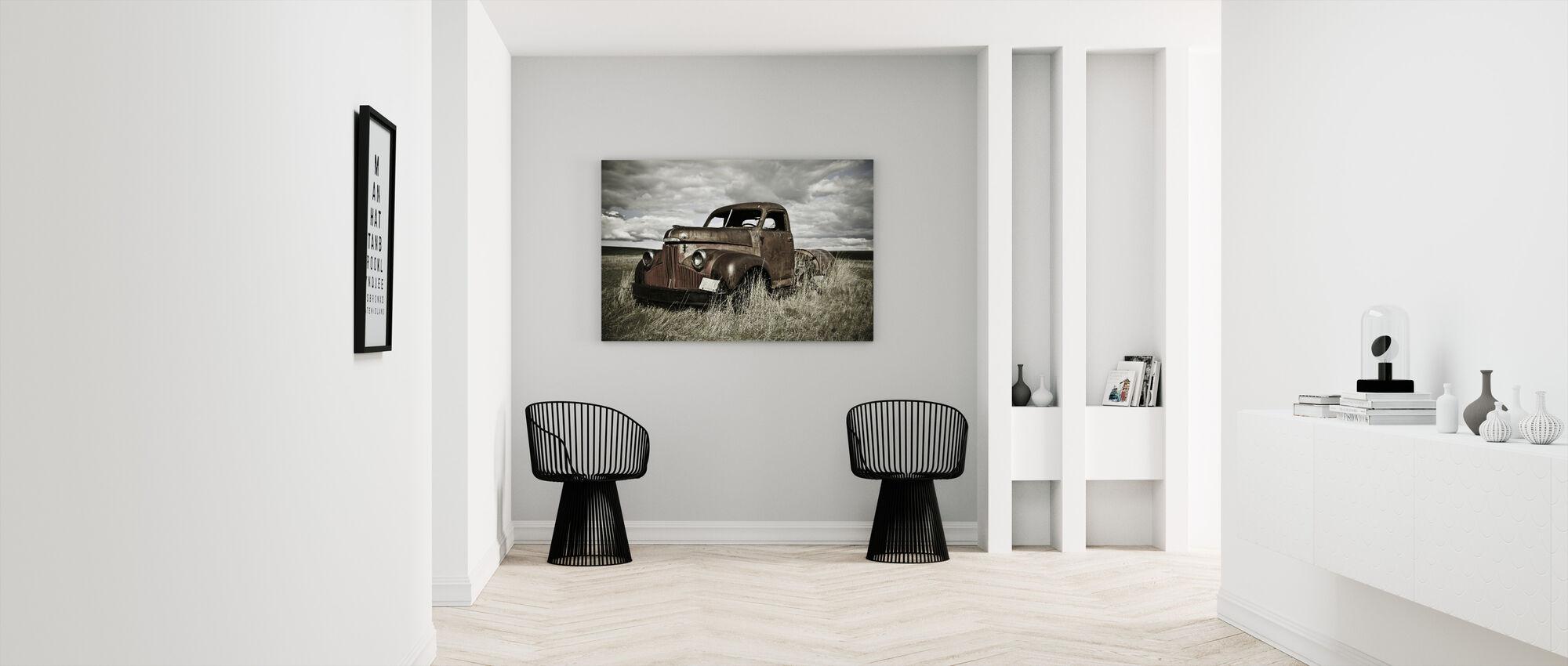 Gammel lastbil ude i marken - Billede på lærred - Entré
