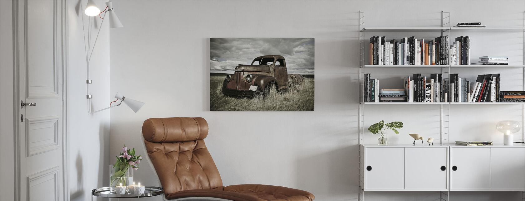 Vieux camion sur le terrain - Impression sur toile - Salle à manger