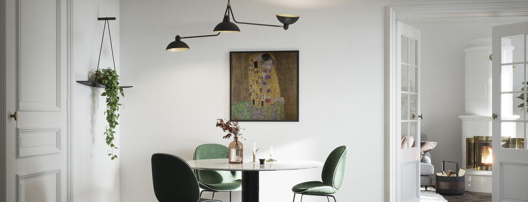 De kus, Gustav Klimt - Ingelijste print - Keuken