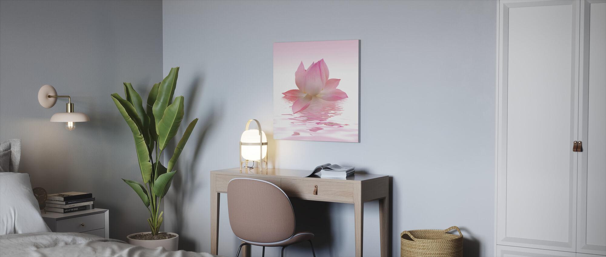 Vaaleanpunainen Lotus - Canvastaulu - Toimisto